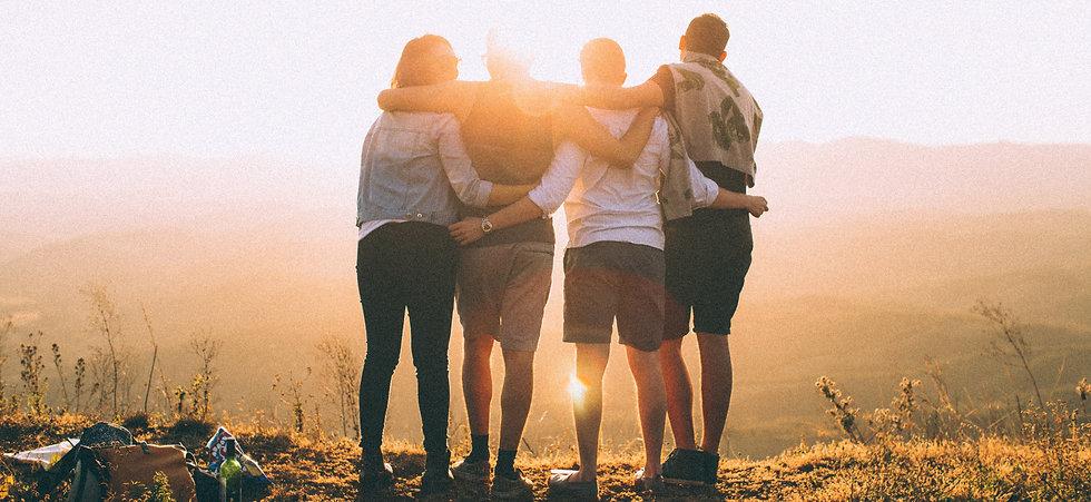 Gruppen von Freunden hält sich in den Armen
