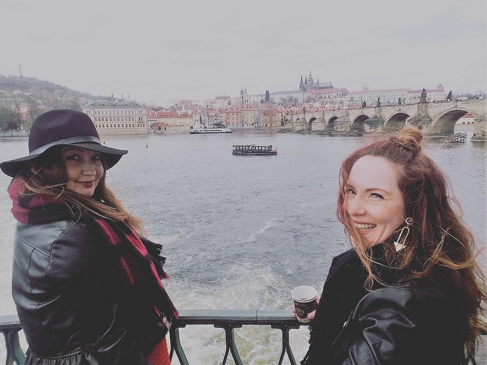 Chrissi & Susi mit Glühwein und Blick auf der Karlsbrücke