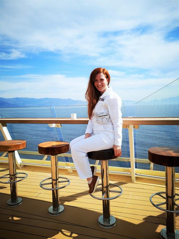 Susi im Arbeitsoverall auf dem open deck mit Blick über den Ozean