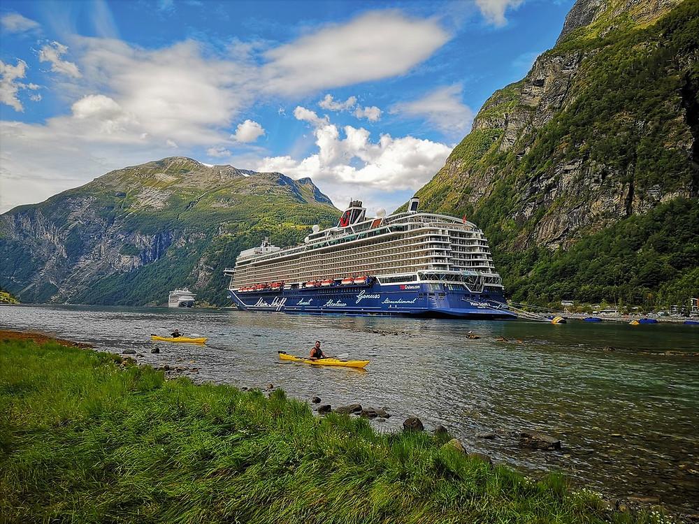 Geiranger Fjord mit Kanufahrern