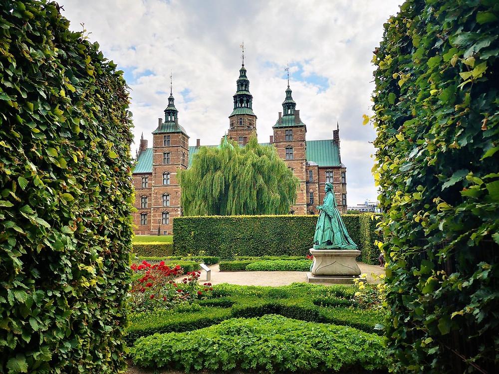 Schloss Rosenborg mit Statue im Rosengarten