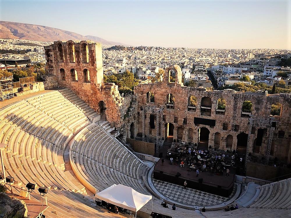 Blick über Athen mit Hepheistos-Theater im Vordergrund in der Abendsonne