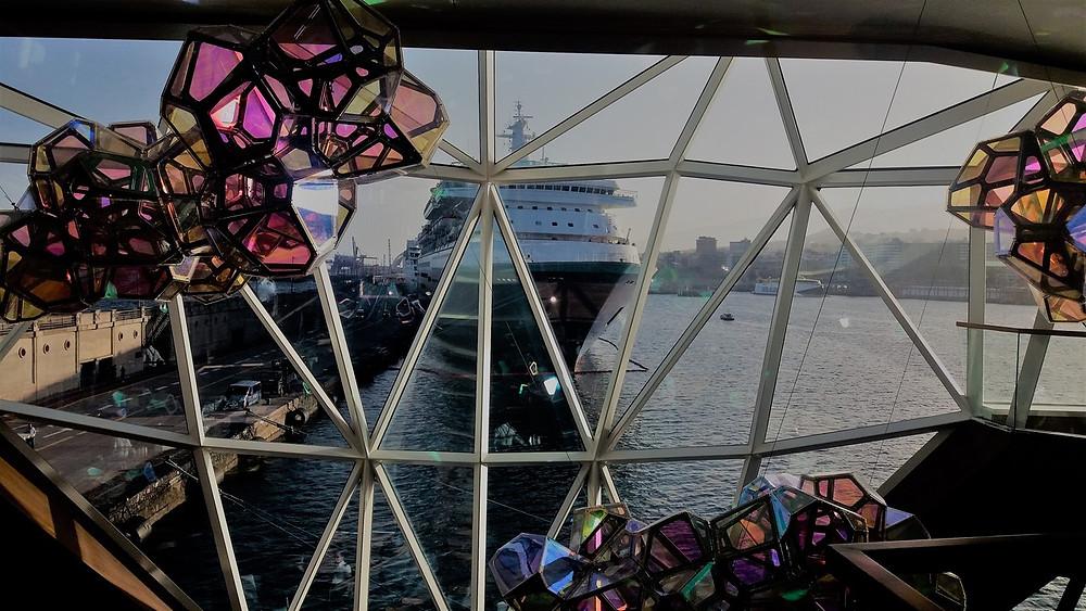 """Blick vom Schiff durch die verglaste Rückseite des Restaurants """"Diamant"""""""