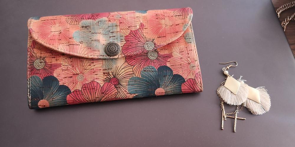 Mein heiß-geliebtes Portemonnaie aus Kork. Darauf befinden sich ein Muster mit bunten Blumen.