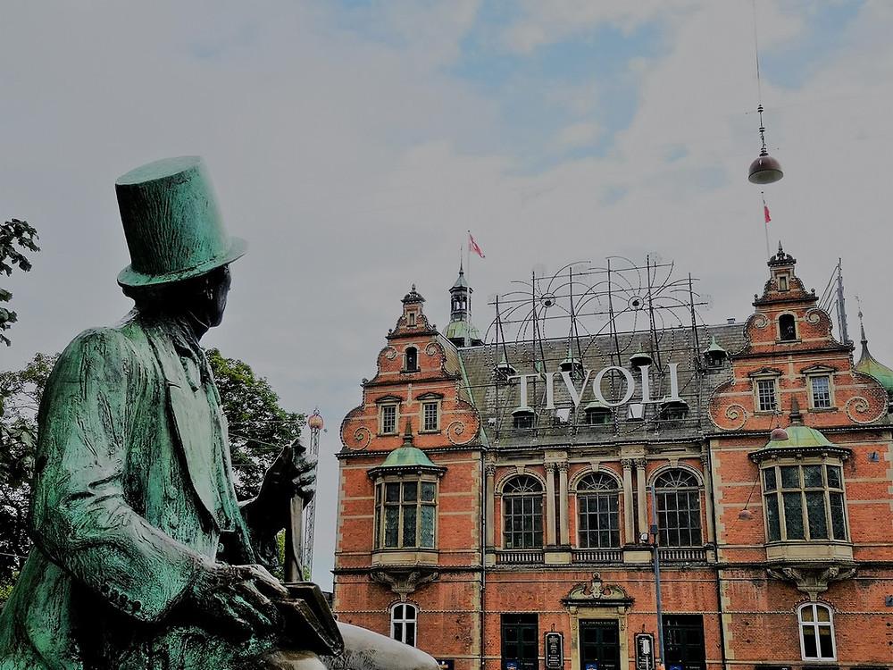 Statue H.C. Andersen vorm Tivoli Park Kopenhagen