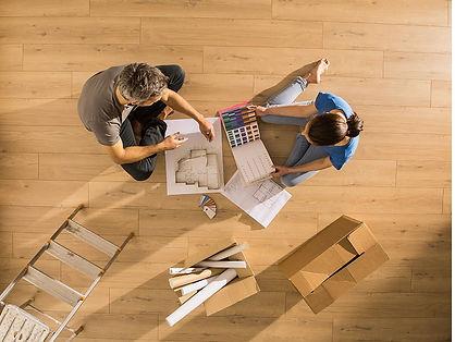 travaux-renovation-plan-peinture-couple-