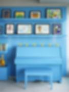 Голубой цвет в интерьере, голубое пианино