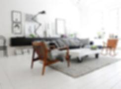 Дерево в белом интерьере, белый журнальный стол на колесиках, крашеный белый пол, скандинавский стиль в интерьере