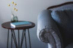 ブルーソファーとエンドテーブル