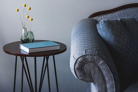 Blauer Couch und Beistelltisch