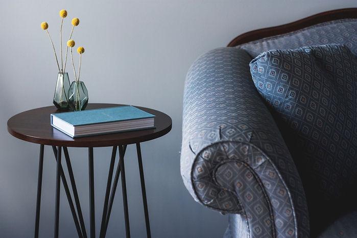 Sofá Azul y mesa auxiliar