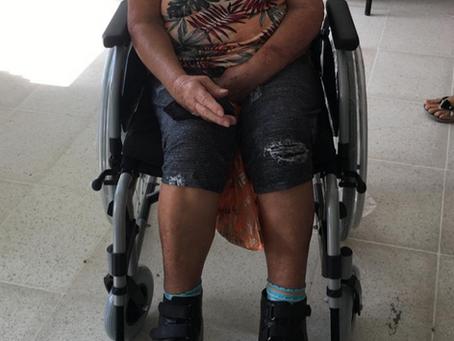 Entrega de cadeira de rodas e calçado