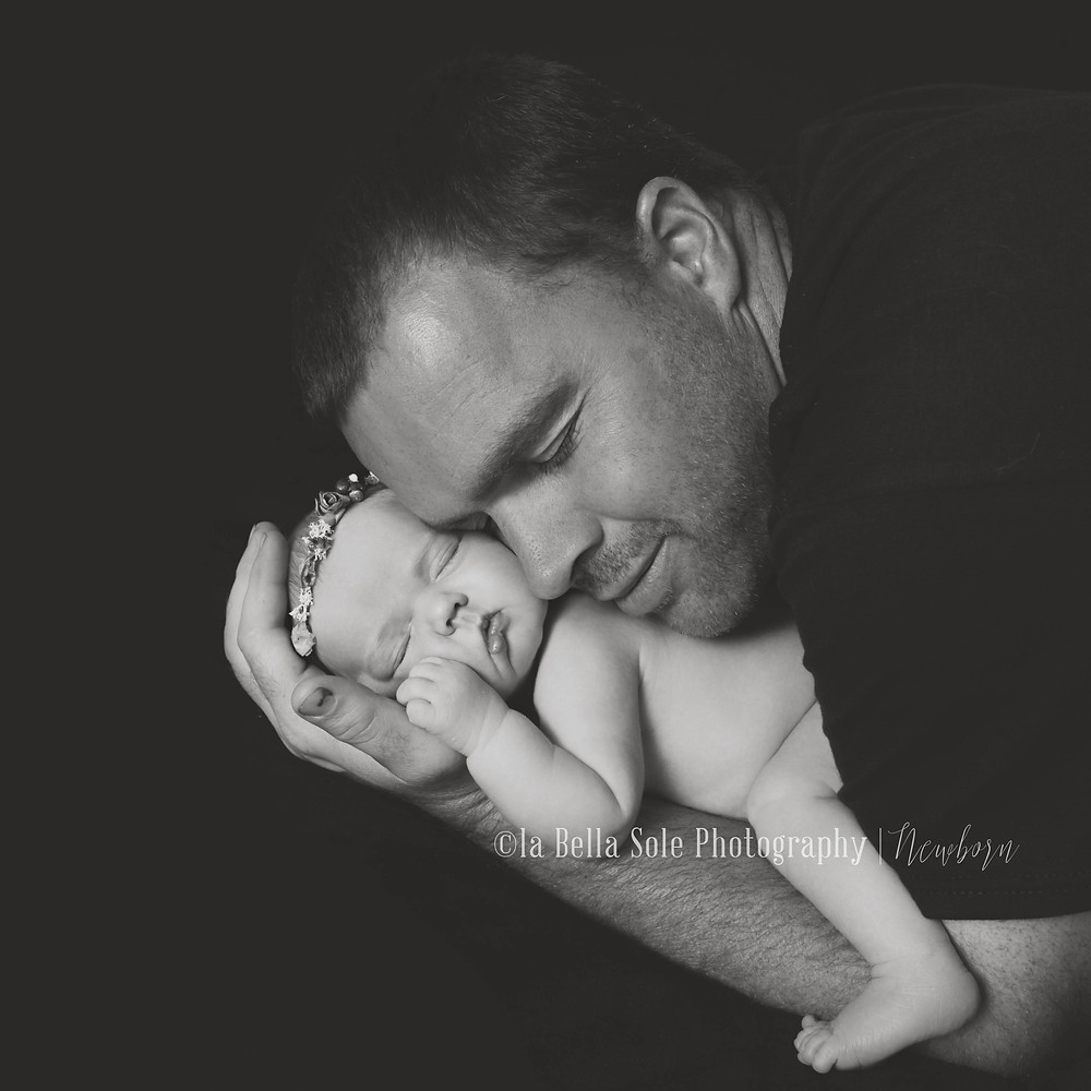baby_in_daddies_hands_blac_&_white_utah_la_bella_sole_photography