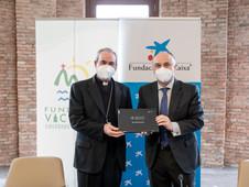 """Fundación """"la Caixa"""" y Caixabank entregan material informático a Fundación Victoria"""