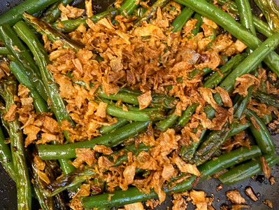 Crispy green beans with fried onions