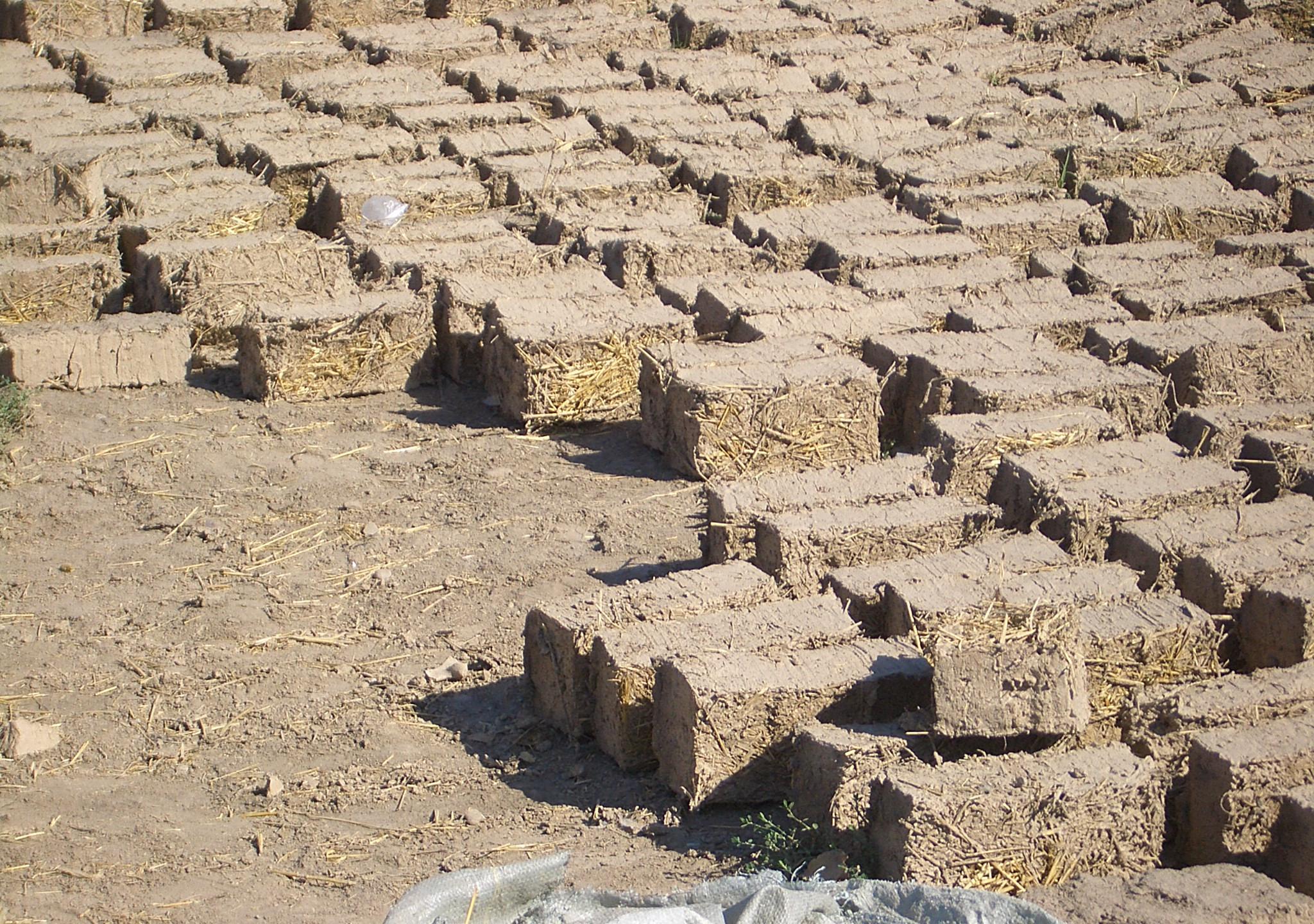 Kirgisztán Milyanfan-adobe-bricks-wikipedia