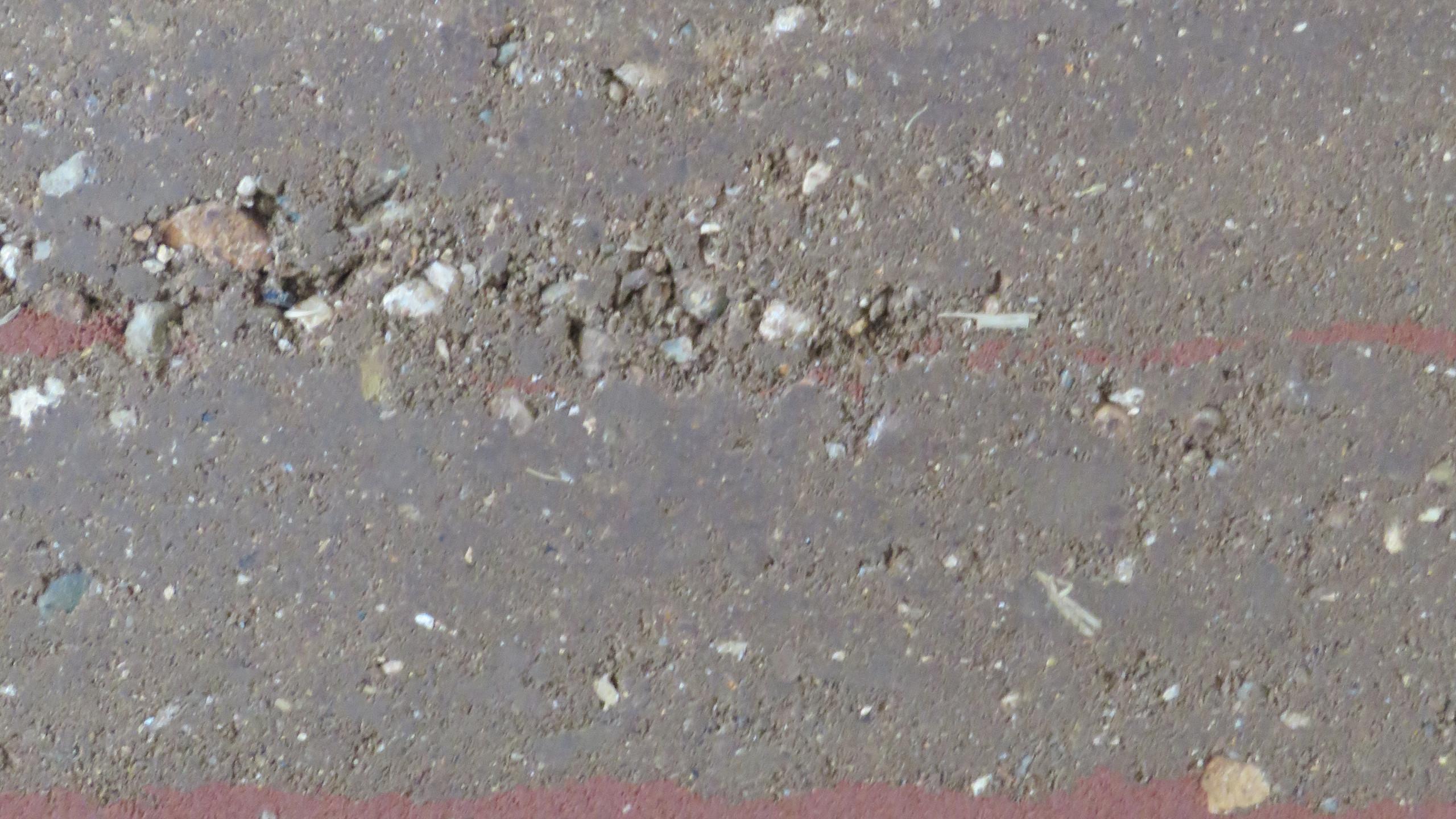 """szinezett """"dizájnsávos"""" tömörített földfal felület"""