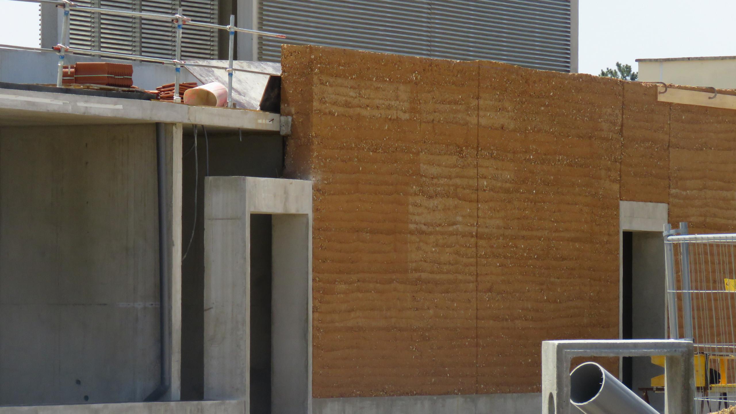 trafóház: betonváz vs. tömörített földfal