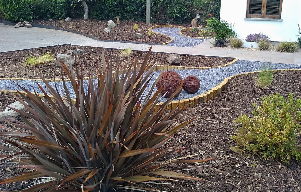 round wooden post edging, slate chippings, curved edging, bark chippings, metal edging