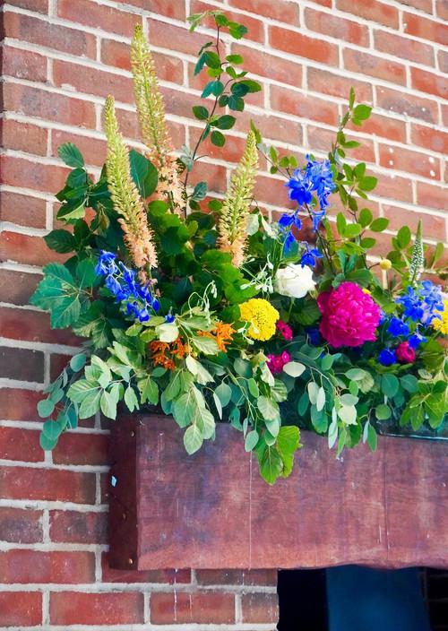 Mantle arrangement in bold colours