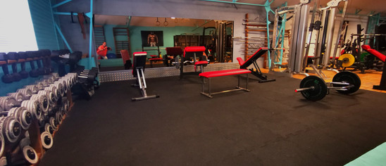 Salle de musculation côté haltères