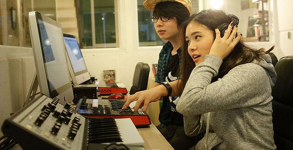 Basic Producer Course คอร์สเรียนทำเพลงดนตรีอิเล็กทรอนิกส์ ด้วยโปรแกรมคอมพิวเตอร์ยอดนิยม อย่างโปรแกรม Ableton Live คอร์ส Basic Producer นี้ผู้เรียนจะได้สนุกกับการเพิ่มทักษะในการทำดนตรี และเพลงของตัวเอง ใ้ช้เวลาในการเรียนประมาณ 3 เดือน