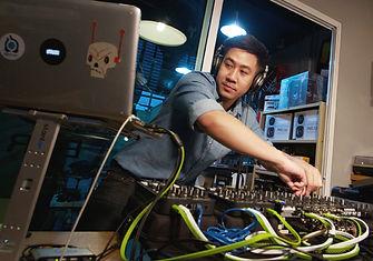 เรียนดีเจขั้นสูง Advanced DJ with Traktor DJ เรียนดีเจระดับสูงด้วยโปรแกรม Traktor DJ หลักสูตรนี้เหมาะสำหรับผู้มีพื้นฐานทางด้านดีเจอยู่แล้ว และต้องการเรียนรู้เทคนิคต่างๆมากขึ้น
