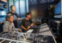 ภาพของการเรียนในห้องเรียน Advanced Producer ที่มีอุปกรณ์การเรียนทำเพลงดนตรีอิเล็กทรอนิกส์ อย่างครบถ้วน และทันสมัยที่สุดในกรุงเทพมหานคร