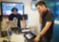 ภาพแสดงการเรียนการสอนดีเจในหลักสูตร Digital DJ with Ableton Live อินเอียบีทสอนพื้นฐานการเป็นดีเจ ตั้งแต่การนับจังหวะ โครงสร้างของเพลง รวมถึงแนวเพลงต่างๆ การควบคุม Sound Balance และเทคนิคดีเจอื่นๆ
