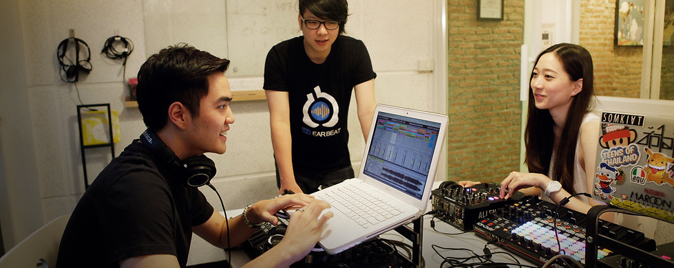 ภาพแสดง การสอนดีเจของ หลักสูตร Digital DJ with Ableton Live ของโรงเรียนดนตรีอีเล็กทรอนิกส์อินเอียบีท  เรียนรู้พื้นฐานการเป็นดีเจทุกขั้นตอน ตั้งแต่พื้นฐาน ปัญหาต่างๆที่จะเจอในเวลาที่เราเล่น เทคนิคต่างๆ และการนำเสนอเพื่อการเป็นสุดยอดดีเจในเมืองไทย
