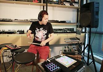 ภาพการเล่นดนตรีสดควบคู่กับอุปกรณ์ดนตรีอิเล็กทรอนิกส์ ในคอร์สเรียน Electronic Musician ที่โรงเรียนอินเอียบีท สอนให้สามารถนำซาวด์ดนตรีมาประยุกต์ใช้ผ่านโปรแกรมได้อย่างง่ายดาย