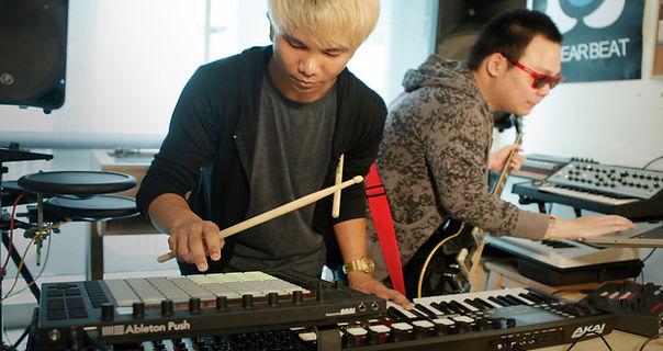 Electronic Musician Course คอร์สสอนดนตรีอิเล็กทรอนิกส์นี้เหมาะสำหรับผู้ทีเล่นดนตรี ต้องการนำเสียงอิเล็กทรอนิกส์เข้ามาปรับใช้ในเพลงหรือวงของตัวเอง เพื่อให้เกิดสีสันใหม่ๆ ให้กับเพลงของตัวเอง ระยะเวลาเรียน 1.5 เดือน
