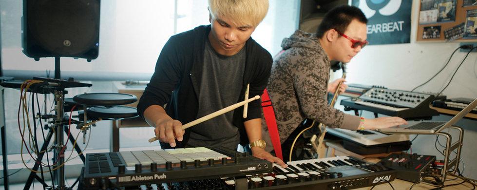 ภาพคอร์สเรียน Electronic Musician เรียนดนตรีอิเล็กทรอนิกส์ เรียนรู้รูปแบบการแสดงด้วยอุปกรณ์คอมพิวเตอร์ เพิ่มสีสันให้กับวงดนตรีของเรา