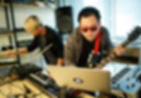 บรรยากาสการนำอุปกรณ์ดนตรีไม่ว่าจะเป็นกลอง กีตาร์ เบส มาใช้ในห้องเรียนหลักสูตรดนตรีอิเล็กทรอนิกส์ ที่อินเอียบีท