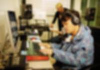 ห้องเรียนที่ถูกออกแบบมาสำหรับการทำเพลงดนตรีอิเล็กทรอนิกส์ โดยเฉพาะ มีอุปกรณ์รุ่นใหม่ล่าสุดให้ผู้เรียนได้ใช้งานกัน เรียนทำเพลงในหลักสูตร Music Producer