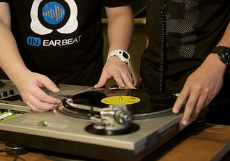 คอร์สเรียนดีเจอินเอียบีท Beginner DJ with Serato DJ เรียนรู้การเล่นดีเจผ่านโปรแกรม Serato DJ เรียนScratching เรียน CDJ เรียนดีเจและเทคนิคต่างๆที่ดีเจต้องใช้