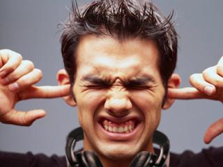 """7 วิธีหลีกเลี่ยงอาการ """"หูแตก"""" สำหรับดีเจสายอาชีพ"""