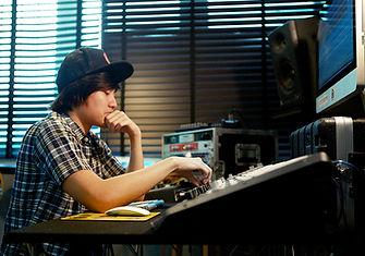 เรียนทำเพลง ออกแบบซาวด์ ทำอัลบั้มเพลงของตัวเอง และ Live Perform ในขั้นสูง สำหรับหลักสูตร Advanced Producer ที่อินเอียบีท ที่ผู้เรียนสามารถสร้างผลงานอย่างมืออาชีพ และเรียนรู้ขั้นตอนในการทำเพลงที่ได้รับมาตราฐานสากล
