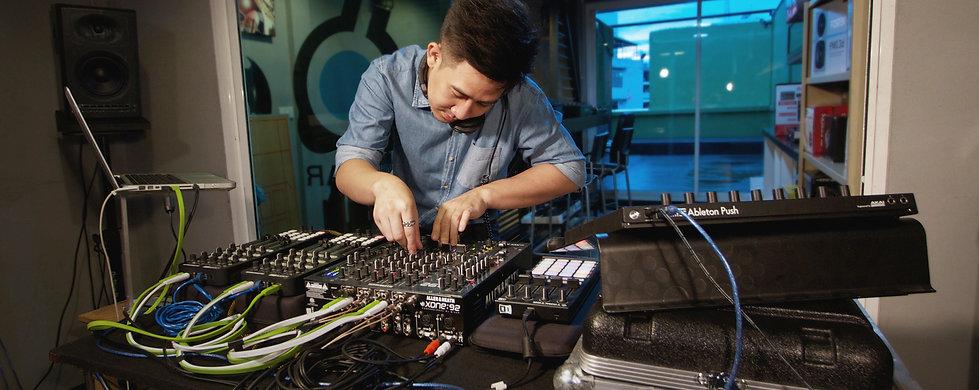 ภาพประกอบคอร์สเรียนดีเจ Advanced DJ with Traktor DJ หลักสูตรที่สอนการใช้งาน Traktor DJ ขั้นสูง ส่งเสริมสร้างเทคนิคเพื่อยกระดับการเล่นดีเจ ได้อย่างมืออาชีพ