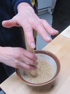 Gomadoufu ( faux tofu au sésame) au miso rouge  On dit que que le  tofu de sésame est le met qui exprime le plus le goût zen. Ramené de chine par la secte Obaku au 17ème siècle  c'est devenu un plat traditionnel des temples zen et bouddhistes en général. Chaque temple à sa recette, celle ci est celle de Koganeyama san du temple de kasui sei et anciennement Sôjiji. C'est l'un des plus réputés aussi et des plus difficiles à faire.  Uniquement composé de sésame et de kuzu il demande au moins 45 minutes d'attention éveillée pour tourner au même rythme jusqu'à sa prise.  Pour les moins téméraires , d'autres recettes on vu le jour à base d'agar agar et en ajoutant un peu de fécule de pommes de terre.  Les sauces varient également selon le moine cuisinier, celle de sôjiji est particulièrement originale et ajoute à son renom. Plus communément on met une pointe de wasabi que l'on arrose légèrement de sauce au gingembre.  Pour les tenzos le goma toufu est un met particulier qui réclame toute leur attention. La recette commence avec la fabrication de la poudre de sésame qui se moud à la main. .  Cette étape est cruciale et pour certains c'est à l'attention que l'on mettra dans cette tâche que l'on peut mesurer la qualité d'un tofu de sésame.. Pour les tenzos c'est en général l'activité par laquelle il commence quand ils arrivent dans leur cuisine, avec le konbu dashi.  Le goût de la cuisine zen commence par sa préparation et beaucoup de tenzo  considèrent comme une méditation à part entière l'activité de moudre chaque matin le sésame dans de grands bols striés prévus à cette effet ( les suribashi).  la règle est une proportion de kuzu pour 1,5 de sésame blanc  en grains et  6 d'eau; ce qui donne pour 8 personnes :  - 100 gr de kuzu  - 150 gr de sésame blanc en graines - 600 ml d'eau Ecraser les graines torréfiées de sésame au suribashi puis les mélanger à l'eau, mixer.  La passer dans un torchon  en lin et bien le tordre jusqu'à ce qu'il ne reste plus d'eau ( garder les peaux 