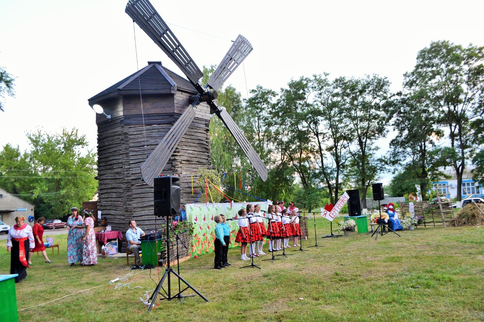 Место, где установлена ветряная мельница теперь место отдыха и проведения мероприятий.jpg
