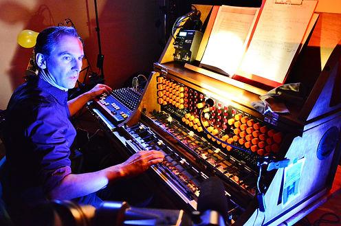 Peter Pichler am Mixturtrautonium_Foto Dietmar Zwick.jpg