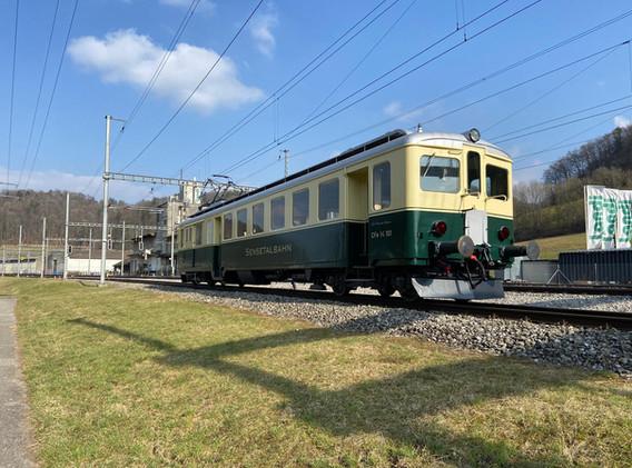 In Riedtwil wartet der CFe2/4 101 auf die Überholung einiger Züge.