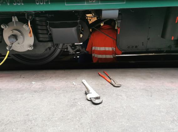 Kontrollgang unter dem Fahrzeug.