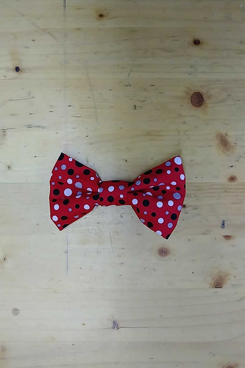 Black red dot bowtie clip