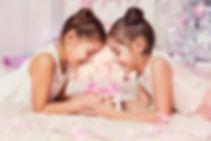 47856751-enfants-filles-ouvrir-présent-c
