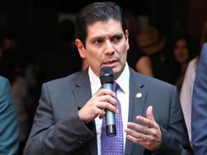 Promueve Ernesto Núñez titulación gratuita para estudiantes con excelencia académica