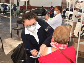 Inmunizan contra la influenza a personal de salud