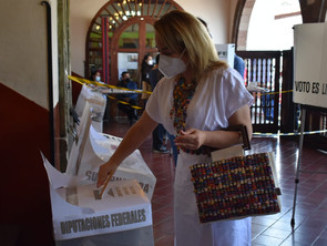 En Pátzcuaro, Mercedes Calderón ejerce su voto, llama a lxs michoacanxs a no caer en el abstencionis
