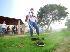 Juan Carlos Barragán y vecinos de Villas del Pedregal limpian áreas verdes